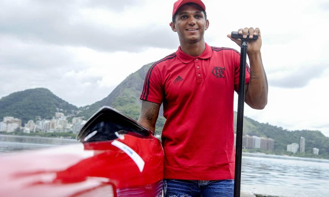 Isaquías Queiróz posa na Lagoa Rodrigo de Freitas com a camisa do Flamengo, seu novo clube Foto: Marcelo Cortes / Flamengo