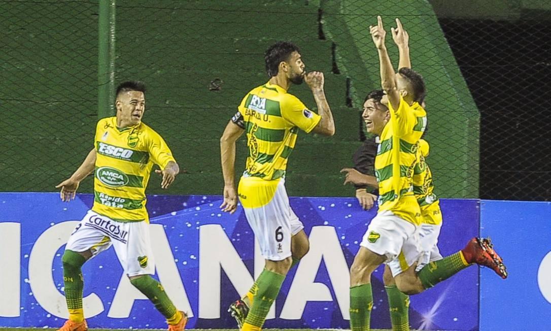 Jogadores do Defensa y Justicia comemoram gol em partida contra Banfield na Copa Sul-Americana Foto: JAVIER GONZALEZ TOLEDO / Agência O Globo