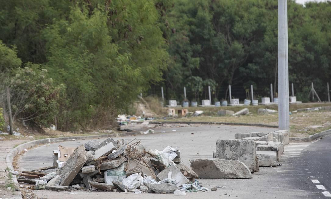 Descarte irregular continua próximo à Avenida Ayrton Senna Foto: Ana Branco / Agência O Globo