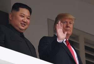 Líderes de Coreia do Norte e EUA, Kim Jong-un e Donald Trump acenam durante cúpula em Cingapura Foto: SAUL LOEB / AFP