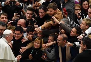 Fiéis saúdam o Papa na audiência geral desta quarta-feira no Vaticano: convite para dieta vegana Foto: AFP/ANDREAS SOLARO