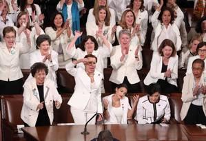 Congressistas celebram após Trump citar número recorde de mulheres eleitas para a Câmara Foto: Jonathan Ernst / REUTERS
