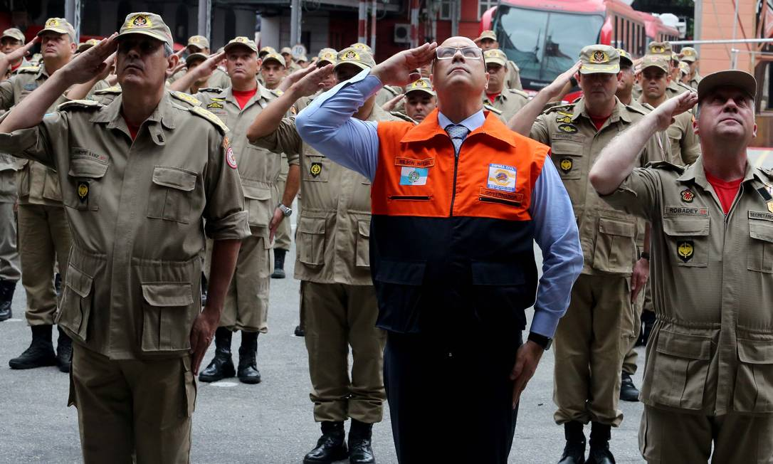 De colete da Defesa Civil, Witzel presta continência em 06/02 ao lado de bombeiros na cerimônia em que militares que atuaram em Brumadinho Foto: Carlos Magno / Divulgação governo do estado
