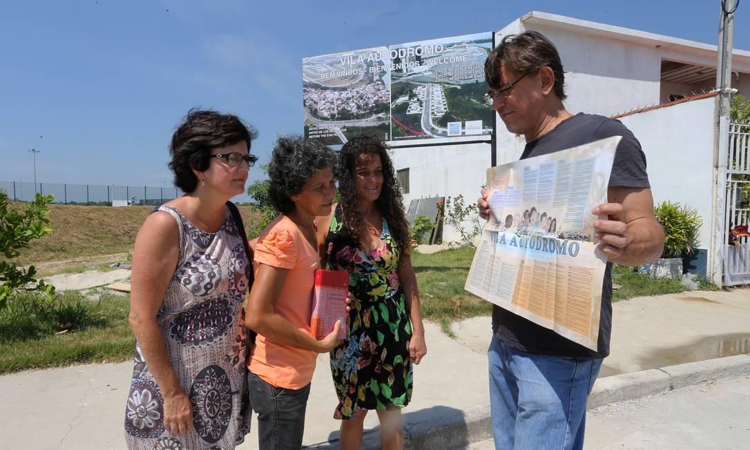 Pesquisadores da UFF e UFRJ ajudaram moradores a criarem um plano de urbanização para a região Foto: Guilherme Pinto / Agência O Globo