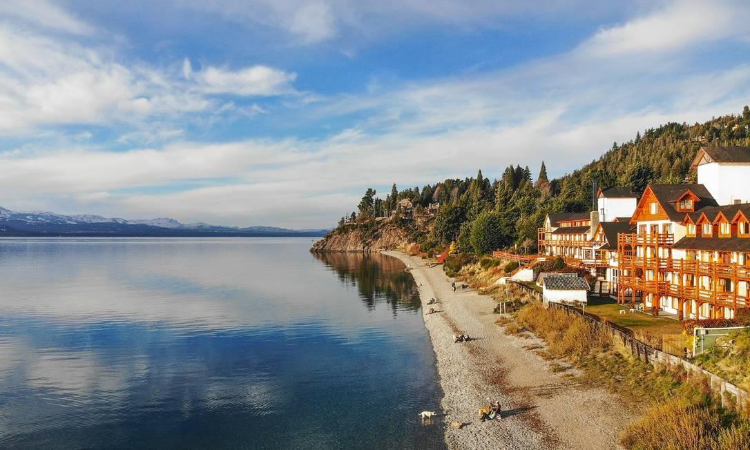 O Lago Nahuel Huapi marca a paisagem da cidade, e, nos meses mais quentes, serve até de praia Foto: Emprotour / Divulgação