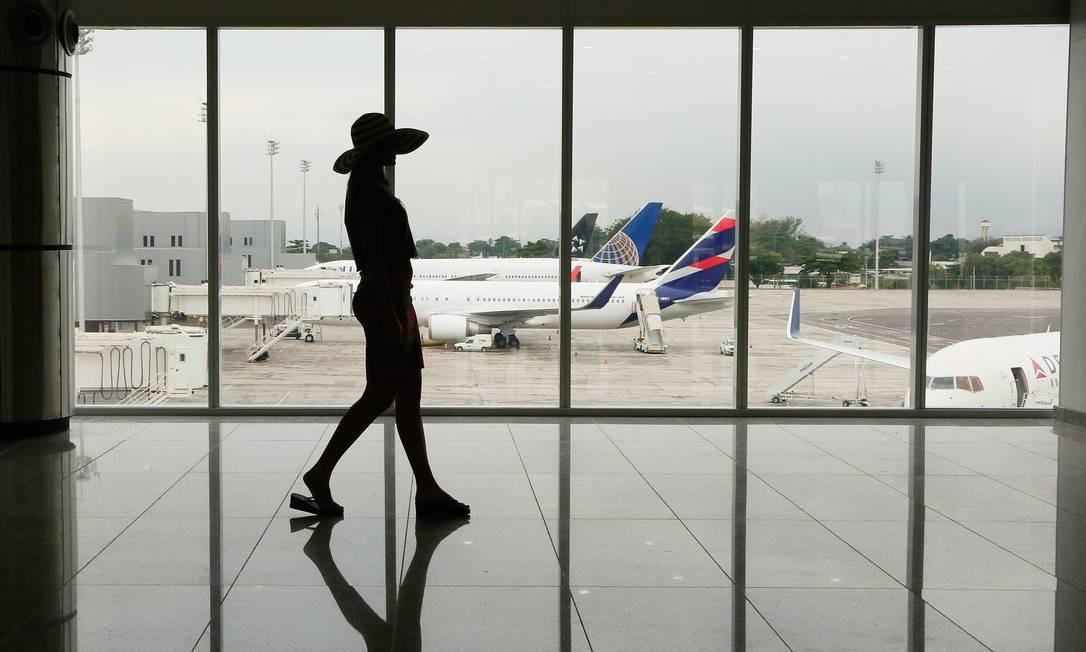 Aeroporto Internacional Tom Jobim. Segundo dados da Rio Galeão, movimento de pousos e decolagens de aviões encolheu 17%, enquanto o de passageiros diminuiu em 11,2%. Foto: Pablo Jacob / Agência O Globo