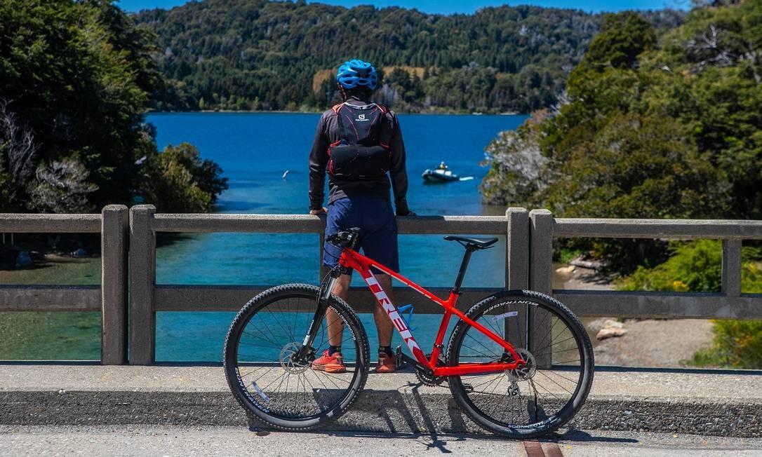Para quem tem disposição, passeios de bicicleta são uma ótima forma de percorrer o Circuito Chico, que reúne as paisagens mais bonitas de Bariloche Foto: CHIWIFOTO / Emprotur / Divulgação