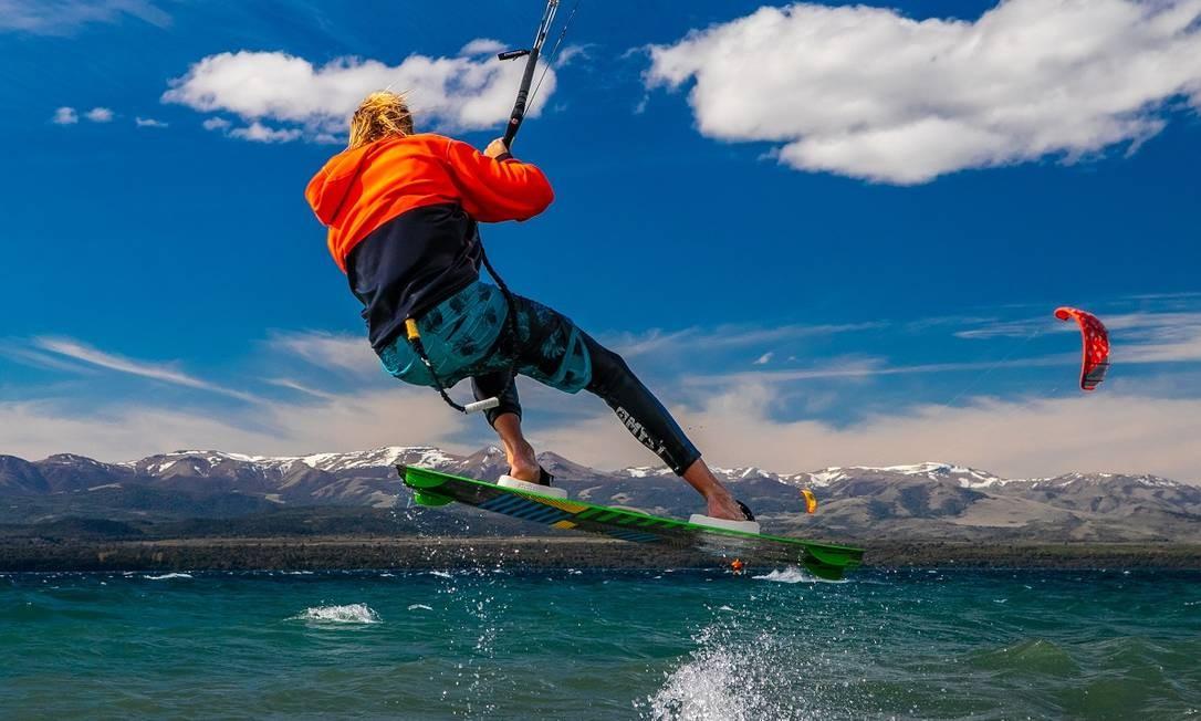 Não estranhe se vir praticantes de kitesurf deslizando sobre as águas do Nahuel Huapi durante o verão Foto: Emprotur / Divulgação