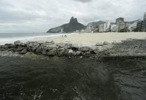 Águas escuras da Lagoa Rodrigo de Freitas chegam à praia pelo canal do Jardim de Alah; registro foi feito nesta quarta-feira à tarde Foto: Gabriel de Paiva / Agência O Globo