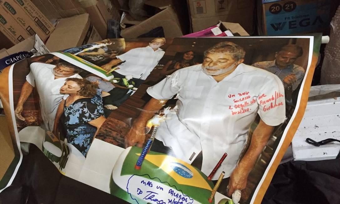 Vários pôsteres de Lula foram encontrados no sítio de Atibaia Foto: Reprodução