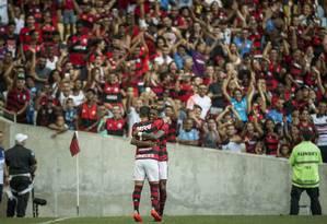 Bruno Henrique e Arrascaeta comemoram diante da torcida do Flamengo no Maracanã Foto: Guito Moreto / Agência O Globo