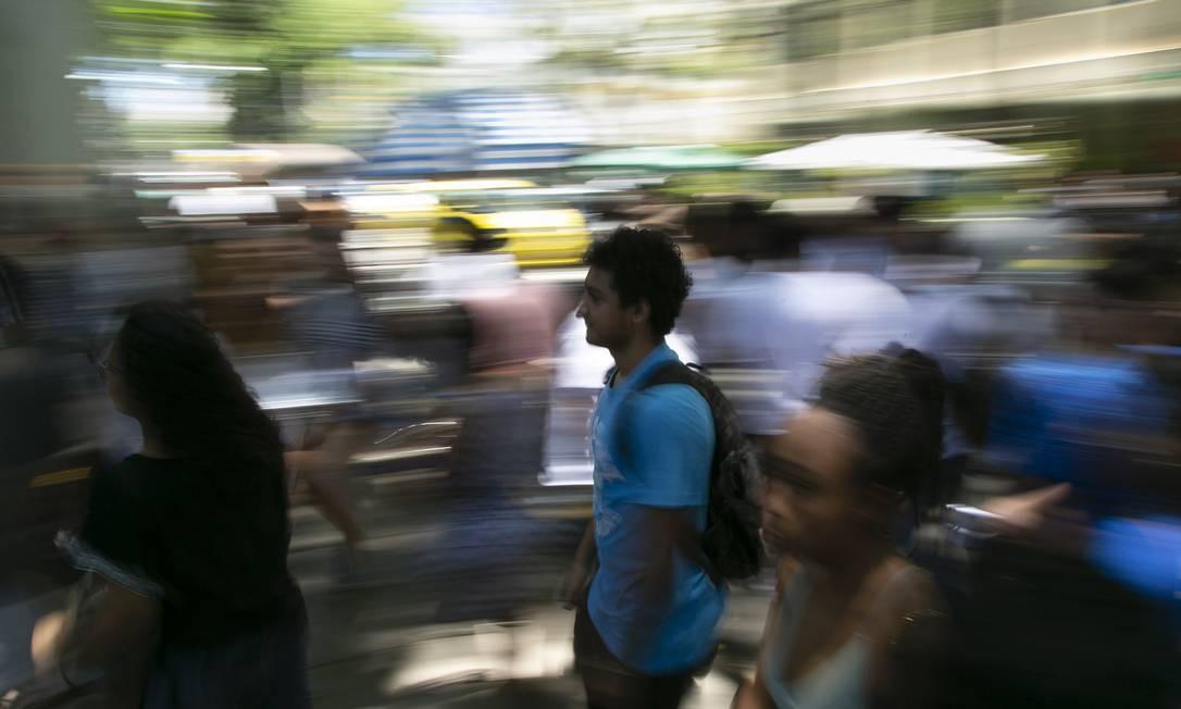 Insituições começam a chamar lista de espera de estudantes que fizeram o ENEM 2018: uma multidão de candidatos na entrada da prova nos arredores do Maracanã Foto: / Leo Martins/11-11-2018