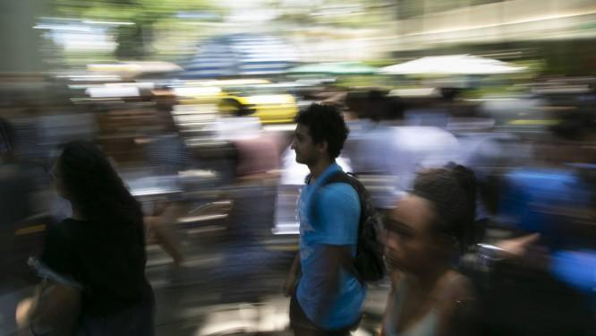Insituições começam a chamar lista de espera de estudantes que fizeram o ENEM 2018: uma multidão de candidatos na entrada da prova nos arredores do Maracanã Foto: Leo Martins/11-11-2018