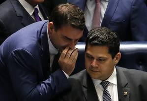 O senador Flávio Bolsonaro conversa com o presidente do Senado, Davi Alcolumbre Foto: Jorge William/Agência O Globo