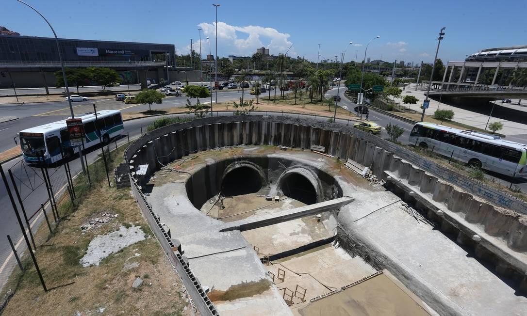 Obra. O desvio levará água do rio por tubulações em frente ao Maracanã Foto: Pedro Teixeira / Agência O Globo