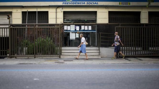 Agência do INSS em Copacabana: desconto menor para quem ganha menos. Foto: Márcia Foletto / Agência O Globo