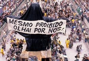 Carro alegórico do Cristo coberto no desfile da Beija-Flor de 1989,