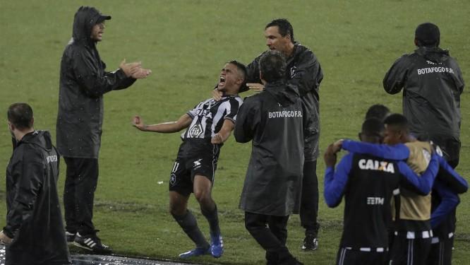 Abraçado por Zé Ricardo, Erik vibra com o gol da vitória do Botafogo na Sul-Americana Foto: MARCELO THEOBALD / Agência O Globo