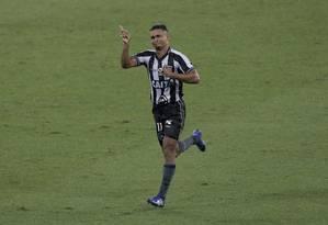 Erik se emociona com o belo gol no fim, na vitória do Botafogo sobre o Defensa Y Justicia Foto: MARCELO THEOBALD