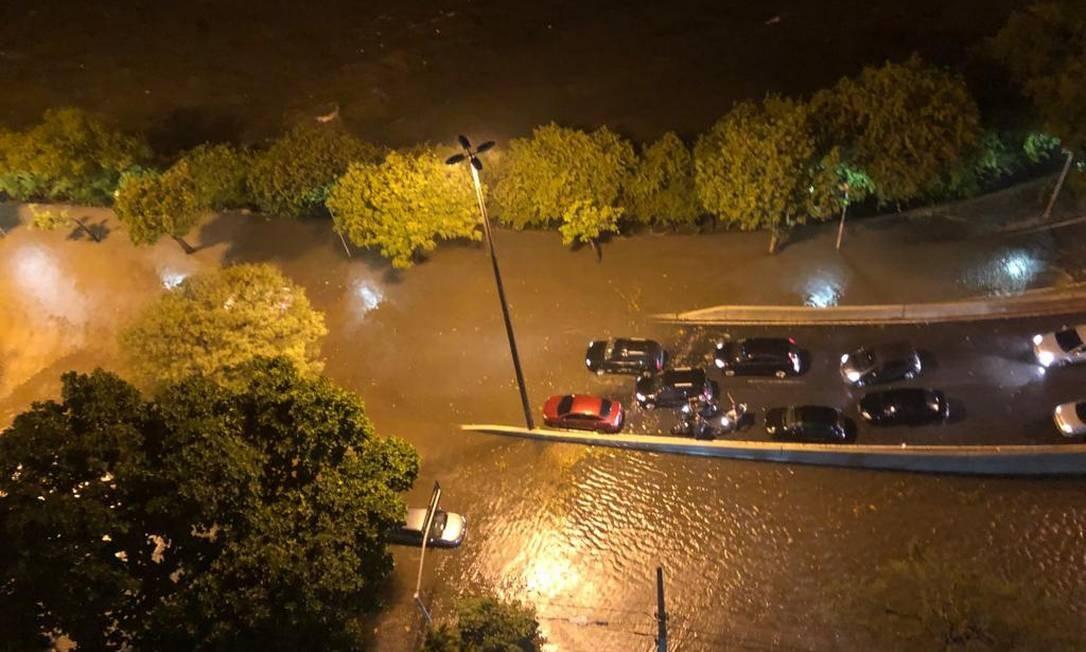 Na Lagoa, motoristas ficaram ilhados perto do acesso ao Rebouças Foto: Fátima Sá / Agência O Globo