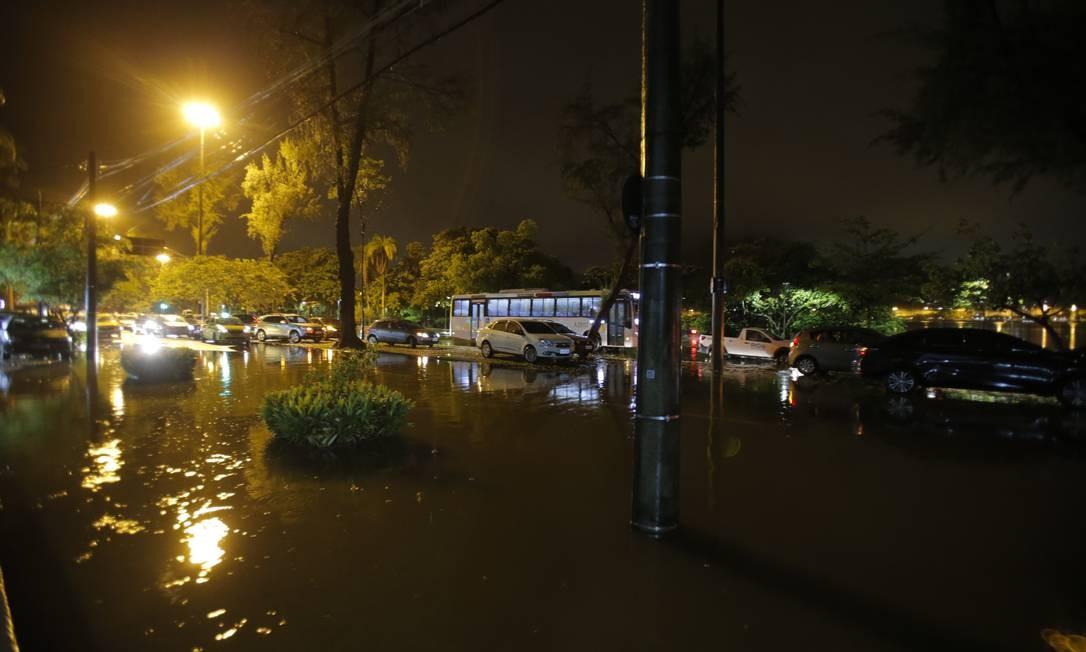 Por volta das 22h o município do Rio entrou em estágio de crise. Na foto, Avenida Borges de Medeiros, na Lagoa Foto: Alexandre Cassiano / Alexandre Cassiano