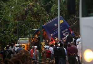 Bombeiros tentam resgatar vítimas de ônibus que foi soterrado na Avenida Niemeyer Foto: Marcia Foletto
