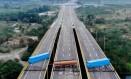 A ponte Tienditas, entre Colômbia e Venezuela, bloqueada: possível rota de entrada da ajuda humanitária Foto: EDINSON ESTUPINAN / AFP