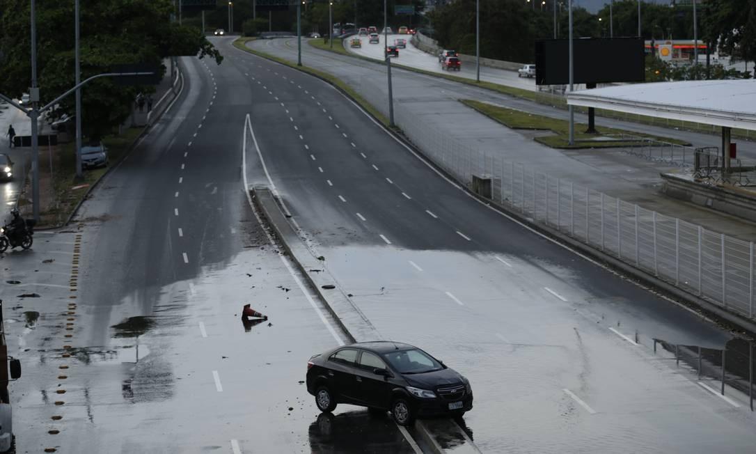 Temporal com ventos de 110km/h atingiu a cidade do Rio. Na foto, carro fica abandonado na entrada da subida da auto-estrada Lagoa Barra, na direção da Zona Sul Foto: Gabriel Paiva / Agência O Globo