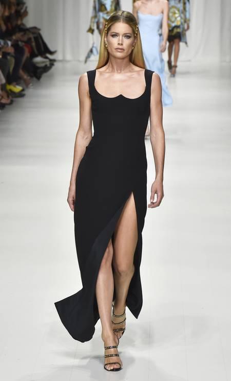 O look foi apresentado em setembro de 2017, em Milão, no corpo da top holandesa Doutzen Kroes Foto: Catwalking / Getty Images