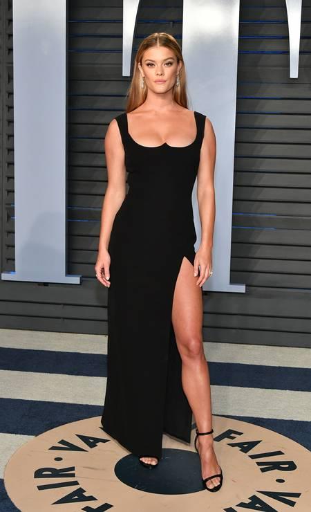 Nina Agdal, ex-namorada do ator Leonardo DiCaprio, também já usou o look Foto: Dia Dipasupil / Getty Images