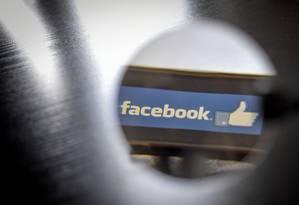 Facebook terá que conseguir consentimento dos usuários para cruzar dados do WhatsApp, Instagram e de terceiros Foto: LOIC VENANCE / AFP