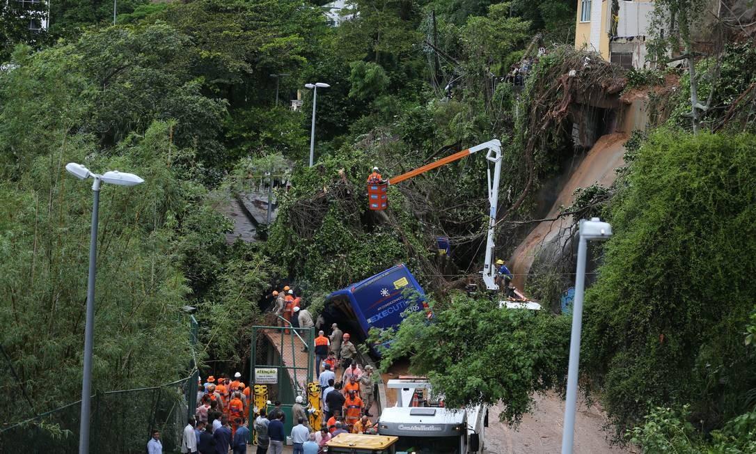 Resgate do ônibus que ficou soterrado na Niemeyer. O motorista saiu ileso, mas uma passageira morreu. Outro corpo ainda está preso no veículo Foto: Marcia Foletto / Agência O Globo
