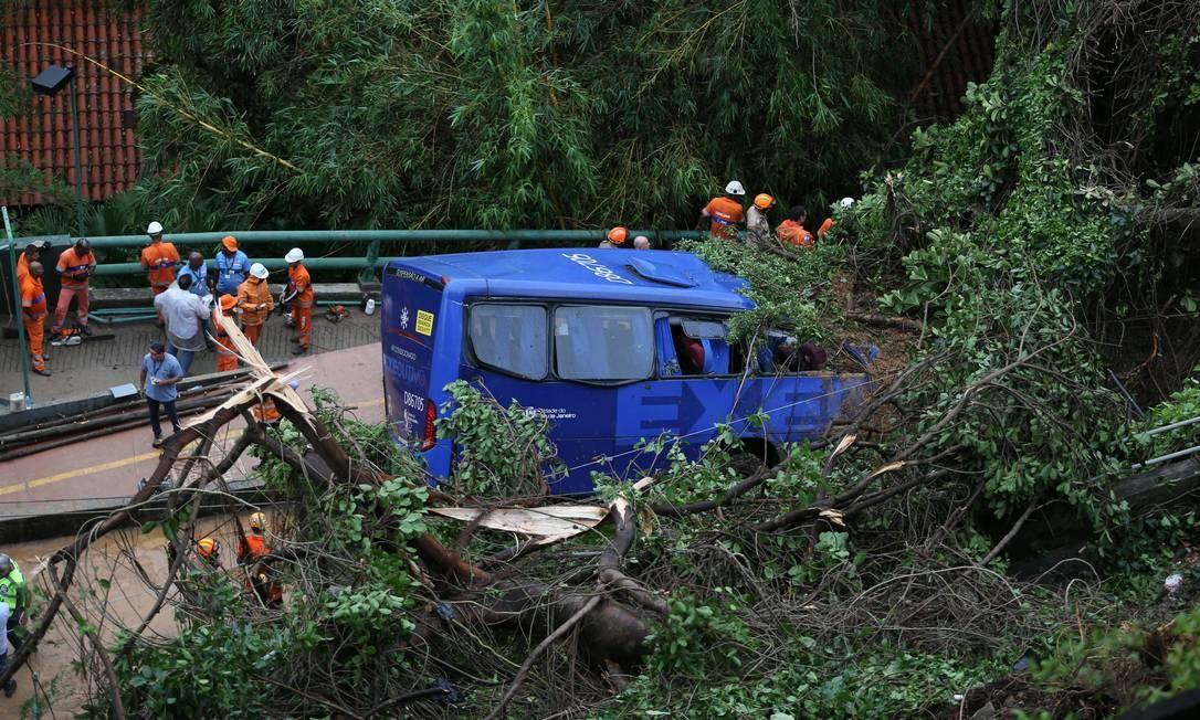 Deslizamento de terra soterrou parte de um ônibus que passava pela avenida Niemeyer Foto: Marcia Foletto / Agência O Globo