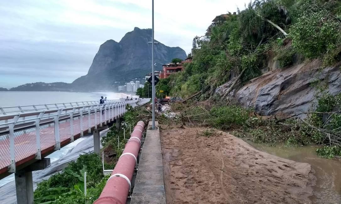 Trecho da avenida Niemeyer que houve deslizamento coberto de lama Foto: Marcelo Caranval / Agência O Globo