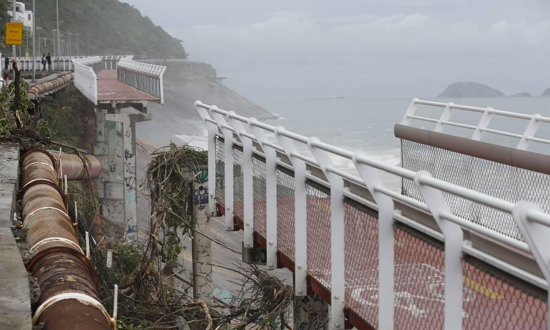 Avenida Niemeyer é interditada após deslizamento d eterra causado por temporal que atingiu o Rio Foto: Pablo Jacob