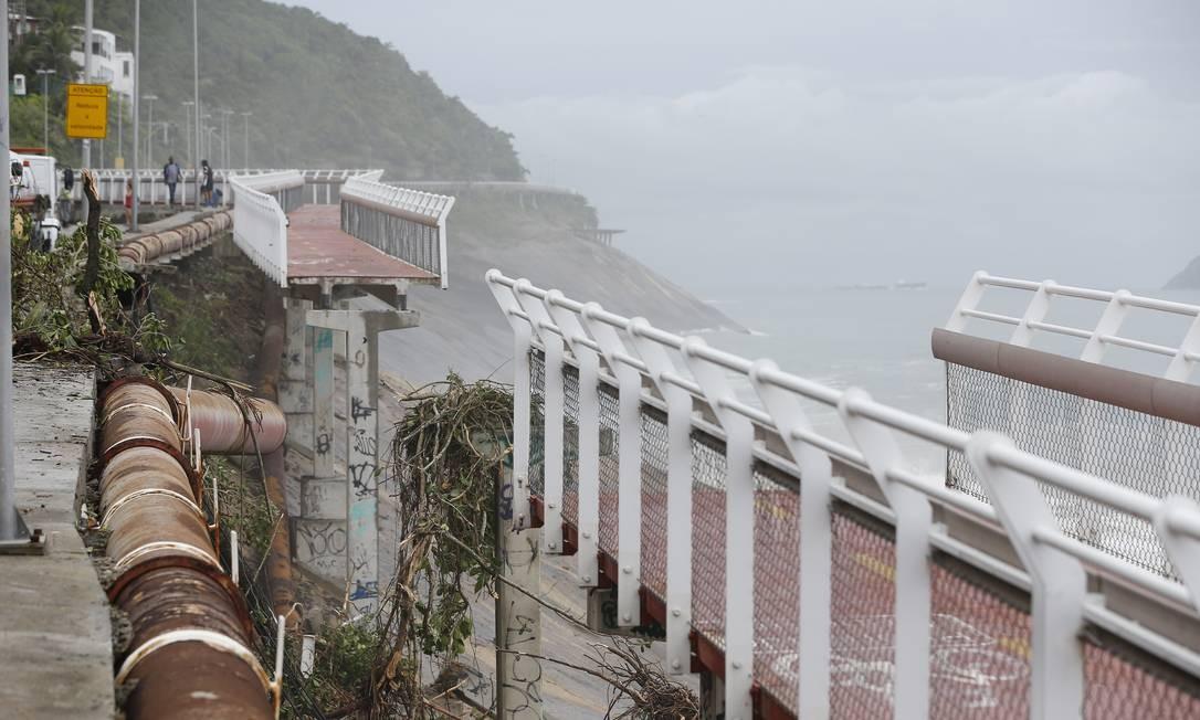 Um trecho da ciclovia Tim Maia foi arrastado para o mar Foto: Pablo Jacob / Agência O Globo