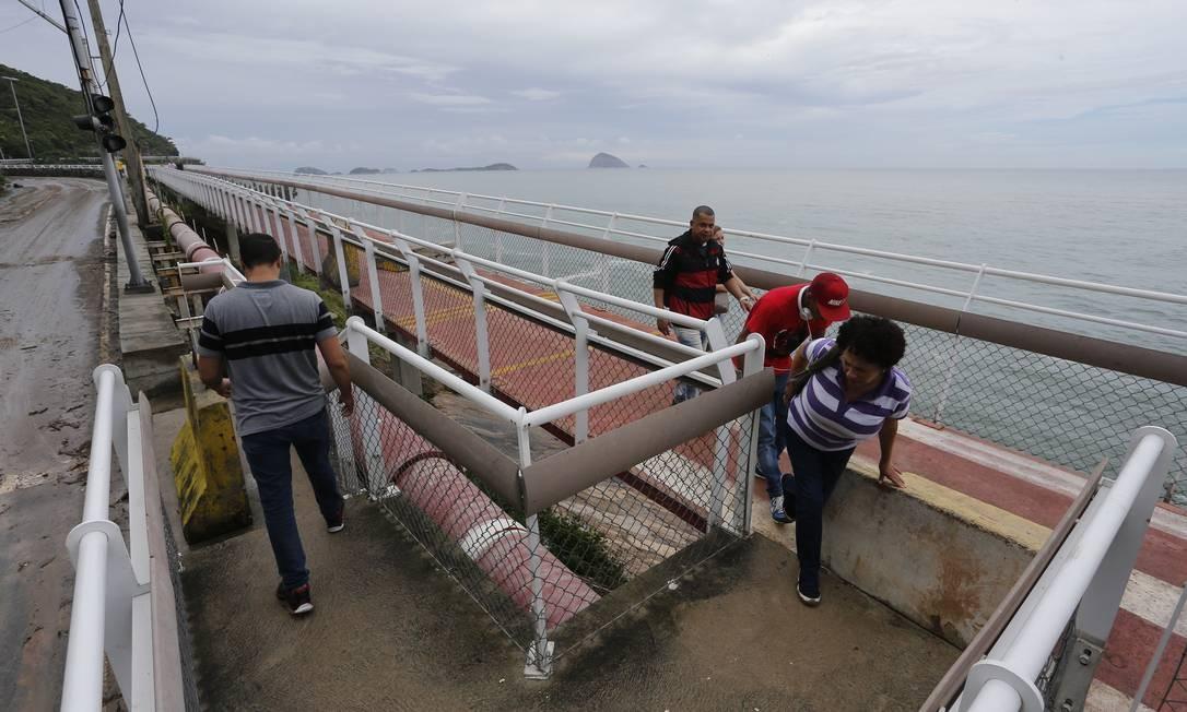 Moradores do Vidigal usam a Ciclivia Tim Maia para caminhar longe da lama que tomou as pistas da avienida Niemeyer Foto: Pablo Jacob / Agência O Globo