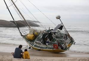 Veleiro encalha na Praia do Arpoador após temporal com ventos de mais de 110km/h no Rio Foto: Marcia Foletto