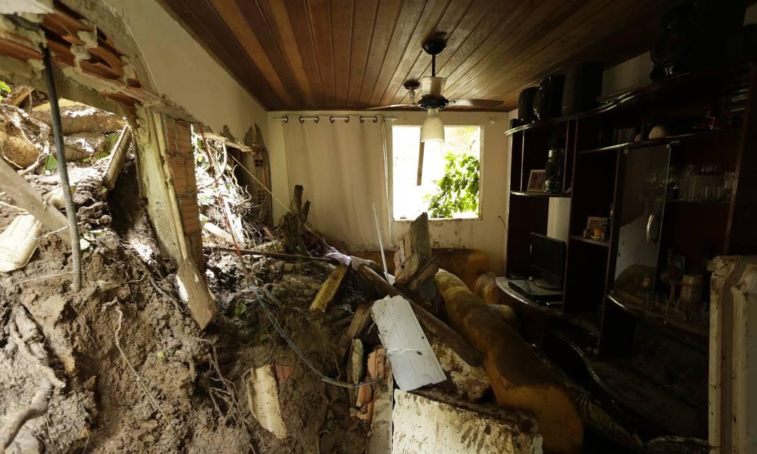 Em Barra de Guaratiba, na Zona Oeste, deslizamento de terra atingiu uma casa, matando duas pessoas Antonio Scorza / Agência O Globo