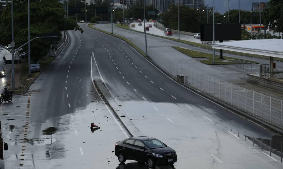 Temporal com ventos de 110km/h atingiu a cidade do Rio. Na foto, carro abandonado na subida da Autoestrada Lagoa Barra, na direção da Zona Sul Gabriel Paiva / Agência O Globo