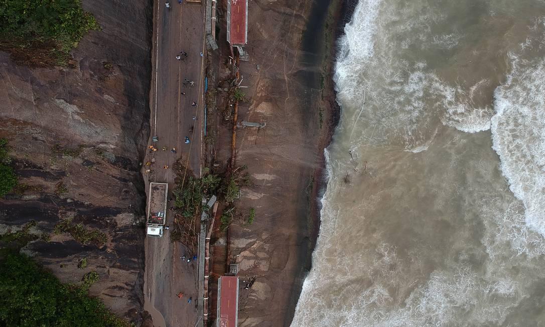 Uma parte da Ciclovia Tim Maia, na Avenida Niemeyer, desabou devido devido a um deslizamento de terra que atingiu a estrutura | Pablo Jacob / Agência O Globo