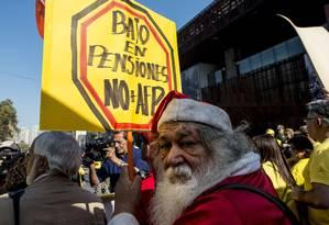Manifestantes protestam em Santiago contra o sistema de capitalização da Previdência chilena Foto: Martin Bernetti / Agência O Globo