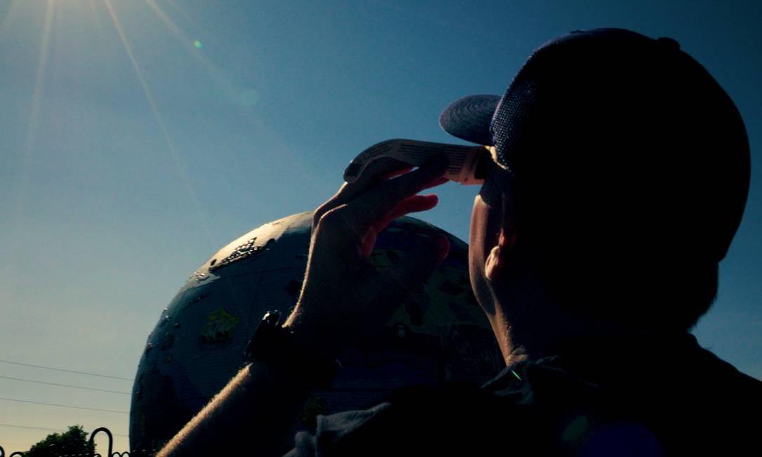 O terraplanista Mark Sargent acompanha um eclipse solar Divulgação