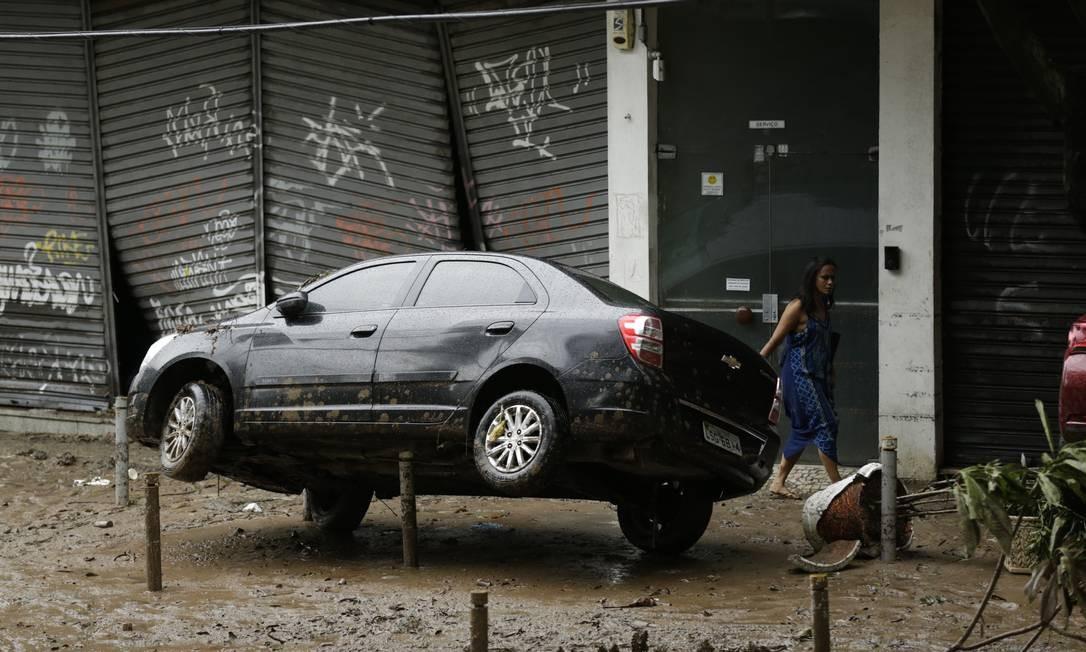 Carros ficaram suspensos na Estrada da Gávea, na altura de São Conrado | Gabriel Paiva / Agência O Globo