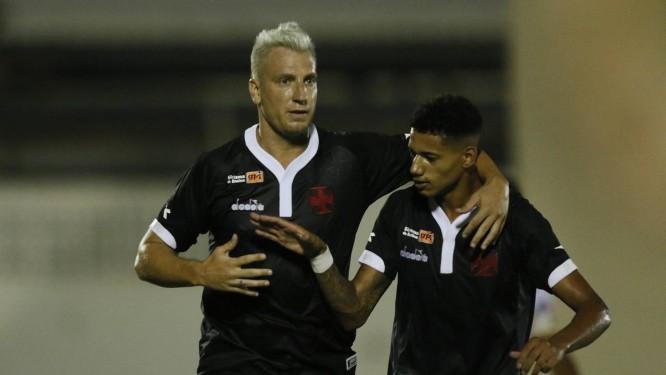 Maxi López abraça Marrony após fazer o gol da vitória do Vasco sobre a Juazeirense Foto: Rafael Ribeiro/Vasco