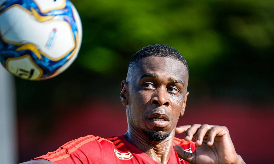 Juan cabeceia a bola em treino do Flamengo no CT Foto: Alexandre Vidal/Flamengo
