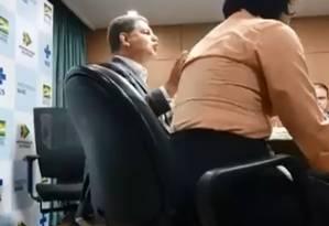 O ministro da Secretaria-Geral da Presidência, Gustavo Bebianno, durante reunião com diretor do Hospital de Bonsucesso Foto: Reprodução/GloboNews