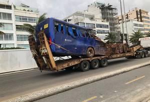 Metade do ônibus foi destruído, em deslizamento que deixou dois mortos Foto: Foto de leitor