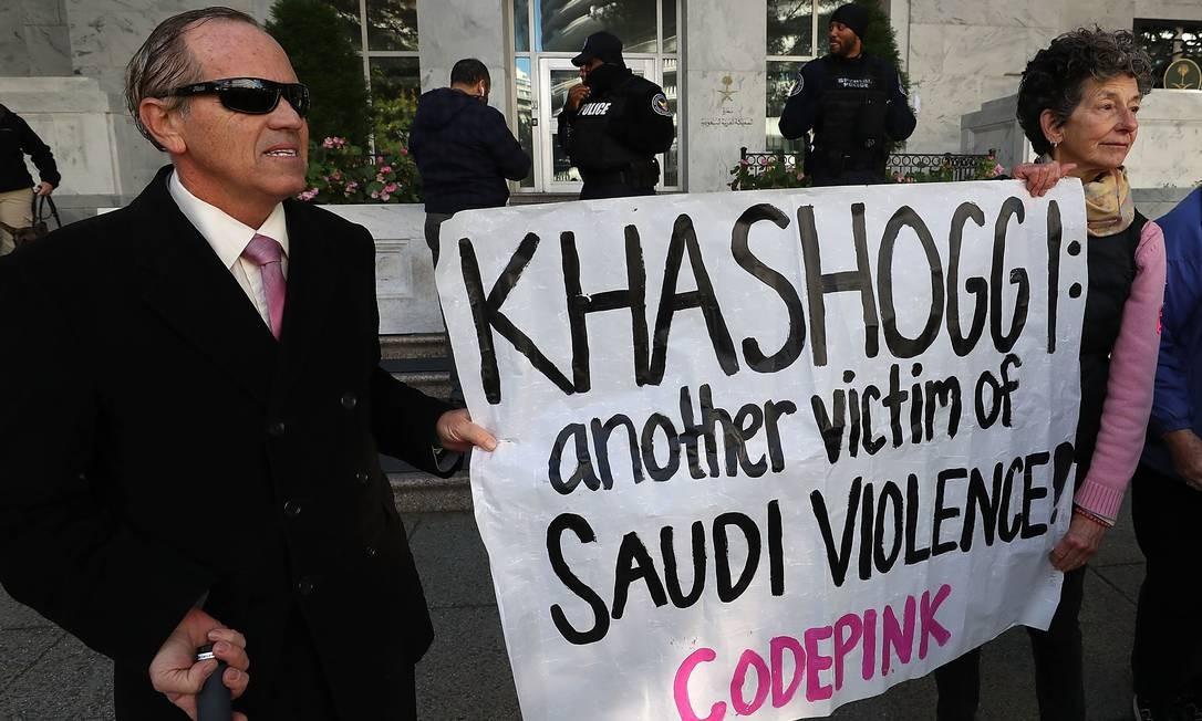 'Outra vítima da violência saudita': manifestantes protestam em frente à embaixada saudita em Washington Foto: MARK WILSON / AFP