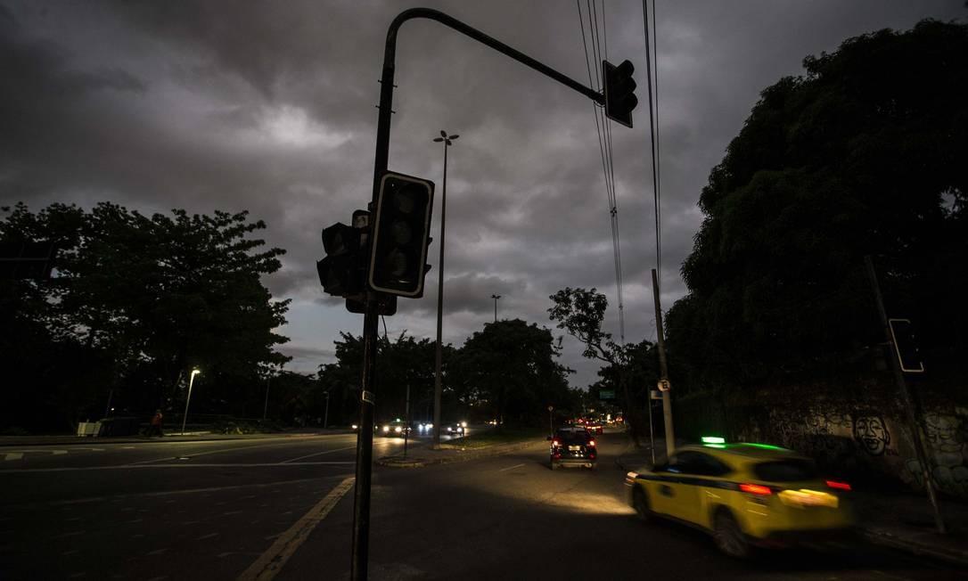Sinal de trânsito apagado no cruzamento da Avenida Borges de Medeiros com a Rua Gilberto Cardoso, na Lagoa. A iluminação na via também não está funcionando Foto: Guito Moreto / Agência O Globo